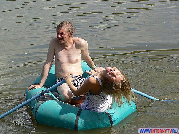 Голая в лодке фото